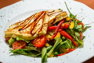 Grilled halloumi cheese with lemonzest and fresh side salade